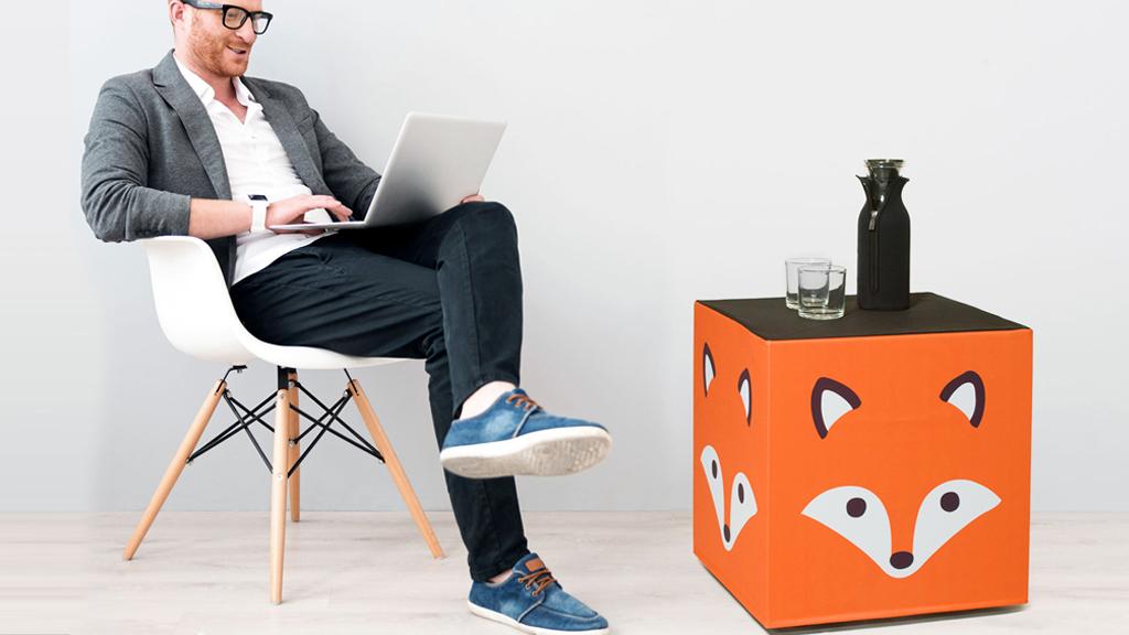 Beistelltisch und Designerhocker in Einem als Messemöbel für die Ausstellung mit Ihren Fotos, Texten, Motiven, Logohocker
