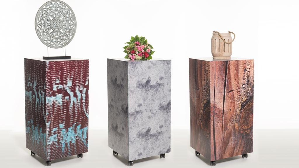 Rollbares Podest mit Wechselverkleidung perfekt als individuelles Messemöbel, Podest im Stahllook, Podest beton Look, Poset Holzpfahl